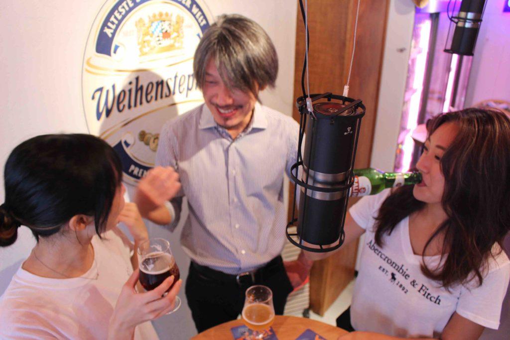 ビールを飲みながら談笑する3人