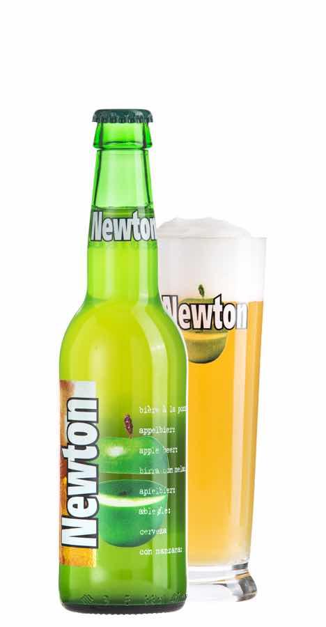 ニュートンビールのボトルとグラス